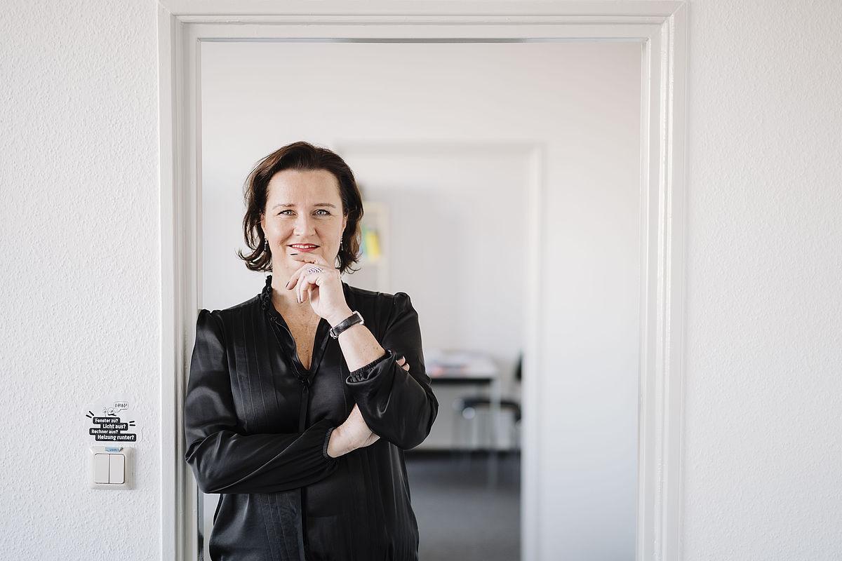 Porträt der Professorin in der Tür stehend